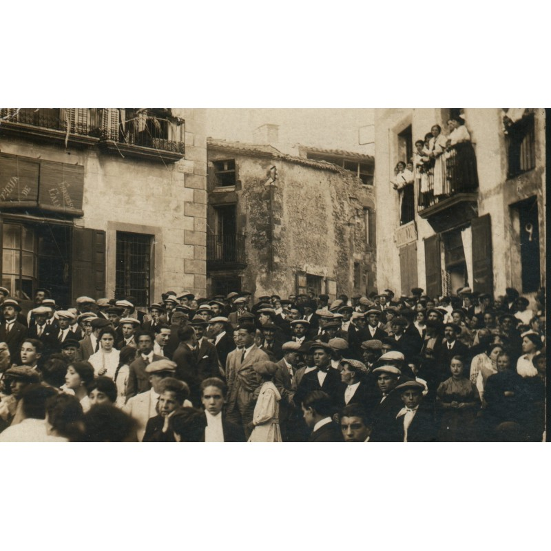 Gentada a la plaça Verdaguer, Sant Hilari Sacalm